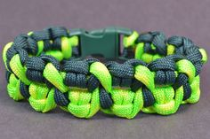 """Make the """"Crossed Claws"""" Paracord Survival Bracelet – Bored? The post Make the """"Crossed Claws"""" Paracord Survival Bracelet – Bored? Paracord Bracelet Designs, Paracord Projects, Paracord Bracelets, Paracord Ideas, Survival Bracelets, Hemp Bracelets, Friendship Bracelets, Paracord Braids, Paracord Tutorial"""