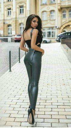 Office Fashion Women, Girl Fashion, Trendy Fashion, Pantalon Vinyl, Leather Tights, Sexy Outfits, Fashion Outfits, Botas Sexy, Elegantes Outfit