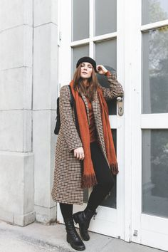 Orange sweater+black leggins+black lace-up boots+checked long coat+orange scarf+black backpack+black knit hairband. Fall Casual Date/ Weekday Outfit 2018 Cold Weather Outfits, Fall Winter Outfits, Autumn Winter Fashion, Winter Scarf Outfit, Scarf Outfits, Orange Outfits, Long Coat Outfit, Pullover Outfit, Ways To Wear A Scarf