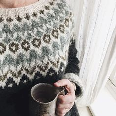 Requisite post snow-shovelling hot chocolate soon to be followed by requisite post snow-shovelling knit session by the fire 🔥(perhaps the real reason why I love snow 🙊) #novembersnow #readyforanap #riddari #cozyknits