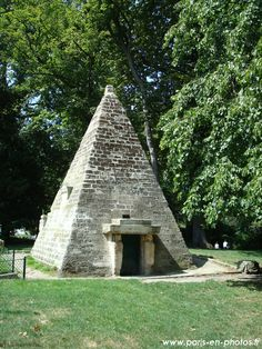 La pyramide du Parc Monceau. Paris 8e