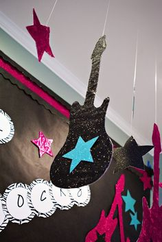 Rock Star Theme - Look what I found! Lots of glitter and stars and guitars Rockstar Party, Rockstar Birthday, Stars Classroom, Classroom Themes, Music Classroom, Classroom Ceiling, Classroom Table, Classroom Crafts, Party Rock