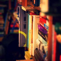 #książka #books #czytelnik #czytam #czytamwięcjestem #światksiążek #mylife #cantimaginemylifewithoutbooks #1000booksonshelf Podobnież wg jakiejś ankiety mniej niż 1% Polaków ma ponad 1000 książek w domu. A największy odsetek to ludzie posiadający 11-50 woluminów! Cóż to niby jest 50 pozycji?! Czuję się jakbym żył wśród troglodytów. via Instagram