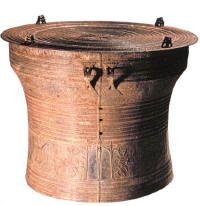 Known as frog drums (pha-si), after the images of frogs that invariably appear at four equidistant points around the circumference of the tympanum. Prehistoric, Frogs, Separate, Vietnam, Period, Adoption, Boxes, Rain, Bronze