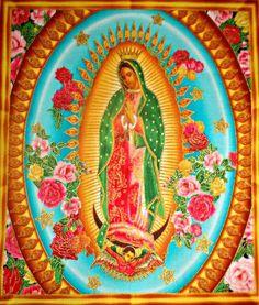 De retour en stock ! Panneau de tissu Vierge de Guadalupe Robert Kaufman sur fond bleu/médaillon et dorures PV03