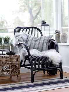 Gorgeous Fall Vignettes to Inspire Your Sheepskin Decor - Style At Home, Scandinavian Living, Scandinavian Interior, Living Room Inspiration, Interior Design Inspiration, White Rooms, Interior Exterior, Home Fashion, Home Decor Accessories