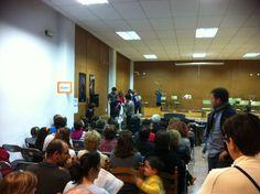 Els alumnes de Sensibilització Musical de Carmina Fita rebent llepolies en acabar la seua audició (21-3-2013)