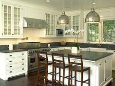 Белые стеклянные шкафы с темной столешницей - просто отличный вариант для оформления кухни.