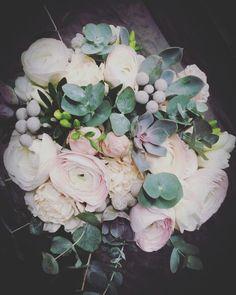 Morsiuskimppu kukkakauppa bronco Four Square, Floral Wreath, Wreaths, Home Decor, Floral Crown, Decoration Home, Door Wreaths, Room Decor, Deco Mesh Wreaths