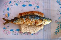 The grilled sardines are a traditional dish of Portuguese cuisine, a gastronomic symbol and an identifier of a local tradition: the Popular Saints. In June, for these folk festivities, the old neighborhoods are decorated with arches and colorful balloons and people take to the streets eating, drinking and having fun. Over a piece of bread, sardines get a more characteristic taste, genuinely the Portuguese way. Are you going to celebrate with us?! #alentejo #visitalentejo #portugal…