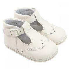Klassieke Spaanse lederen babyschoentjes. De ecru zachte babyschoentjes hebben een t-bandje.