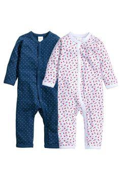 Dos pares de pijamas de punto suave de algodón orgánico con botones de presión en la parte delantera y sobre una pernera. Pack de 2 pijamas 14,99 € www.hm.com