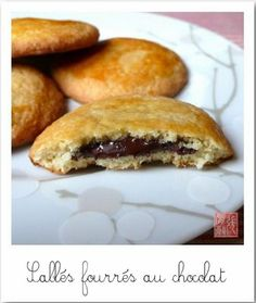 Biscuits stuffed with chocolate - Les sablés fourrés au chocolat Biscuit Cookies, Biscuit Recipe, Biscotti, Delicious Desserts, Dessert Recipes, Desserts With Biscuits, Good Food, Yummy Food, Chocolate Recipes