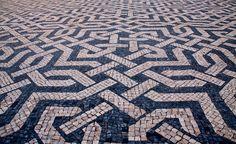 Wandel met ons mee langs de mooiste stoepen van Lissabon! - via Saudades de Portugal 10.04.2015 | Als je in Portugal bent geweest zul je vast gezien hebben dat de stoepen vaak prachtig zijn bedekt met mozaïeken. Zwarte en witte golven, voorwerpen, symbolen, patronen en dieren sieren de stoepen waar de Portugezen zich over verplaatsen. Foto: Passeio_da_Praça_dos_Restauradores