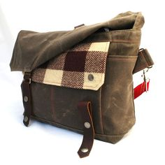 The right balance of woodsiness and functionality -- this small messenger can hold quite a lot. Its made of chocolate waxed cotton canvas, rich brown