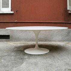 Tavolo da pranzo ovale in laminato bianco con base in alluminio laccata bianco Eero Saarinen  Knoll 1957 Condizioni pari al nuovo, tavolo acquistato alla fine degli anni 90 non presenta alcun difetto Misure 198x121x72h #magazzino76 #viapadova #M76 #milano #modernariato #antiquariato #vintage #design #stilenordico #tavoli #table #knoll #eerosaarinen #oval #solocoseoriginali #perfettecondizioni #anni60 #solooggettivintage #acquistomodernariato #solocosebelle #anni50 #anni60