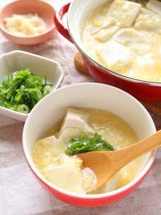 ふんわりやさしくほっとします!湯豆腐の卵とじあんかけ by 横田 尋香/ひなちゅん 卵スープと湯豆腐との組み合わせ。 湯豆腐というと和な料理ですが、今回は中華風の味付けです。 ふんわりとろとろの卵に包まれたお豆腐が優しく、温かさとともに心に染み入ります。 トッピングのねぎは定番ですが、お勧めはパルメザンチーズ! チーズ加えることでほんのり甘さとコクが出ます。 ピリッと辛みを効かせたい場合は豆板醤を少量足しても美味しいですよ。