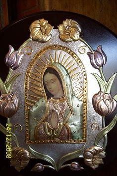 Virgen con tulipanes
