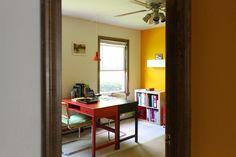 due scrivanie, una di fronte all'altra, dipinte in colori diversi