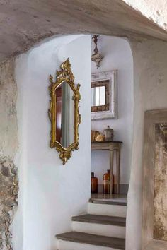 Ornate gold mirror - painted stone/plaster - natural wood #interior #decor