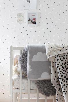 pared con papel pintado con lunares, nos encanta el dormitorio de mackäpar
