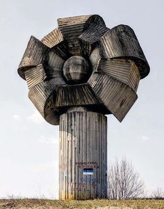 Eerie and otherworldly, the powerful story of the Spomeniks built in Josip Tito's Yugoslavia is one that demands to be told. Unusual Buildings, Interesting Buildings, Amazing Buildings, Futuristic Architecture, Beautiful Architecture, Art And Architecture, Brutalist Buildings, Armadura Medieval, Building Design