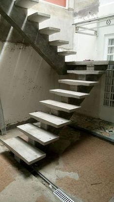 Build a concrete staircase requires some essential care. See the complete walkthrough and 35 incredible examples! Staircase Outdoor, Luxury Staircase, Concrete Staircase, New Staircase, Staircase Makeover, Curved Staircase, Modern Staircase, Staircase Interior Design, Home Stairs Design