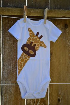 Peek A Boo Giraffe Applique Onesie. Sewing For Kids, Baby Sewing, Applique Onesie, Baby Kids, Baby Boy, Peek A Boo, Baby Crafts, Baby Items, Baby Quilts