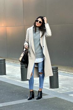 Cute Winter Outfits To Get You Inspired Federica L. + casual style here + pair of heavily distressed denim jeans + oversized printed blouse + gorgeous cashmere sweater Outfit: Zara. Sunday Outfits, Mode Outfits, Fashion Outfits, Womens Fashion, Dress Fashion, Fashion Ideas, Jeans Fashion, Fashion Tips, Fashion Trends