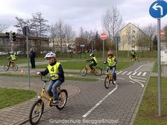 Grundschule Berggießhübel: Fahrradprüfung der Klasse 4b German road mockup for training young cyclists.