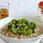 OATMEAL WITH KIWI AND HONEY FOR BREAKFAST