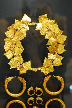 1st C. BCE Macedonian Jewelry: Golden Leaves Wreath and Bracelets with animal terminals. Benaki Museum, Athens.