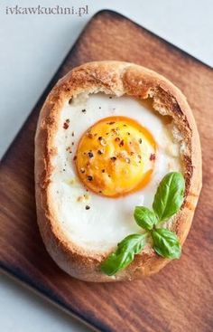 Zapewniam Was, że jeśli choć raz spróbujecie jajek zapiekanych w bułce, nie będziecie chcieli jeść innych śniadań :) Nawet Wasza ukochana...