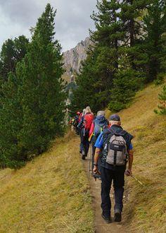 Im Gänsemarsch geht es rauf auf den Berg. #retterreisen #reisebüroretter #aktivreise #wandern (c) Wolfgang Menzel Aktiv, Berg, North Face Backpack, The North Face, Backpacks, Hiking, Backpack, Backpacker, Backpacking