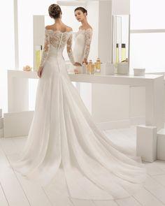 Robe de mariée style romantique en organdi, dentelle et pierreries, à manches longues avec encolure Bardot. Collection 2018 Aire Barcelona.