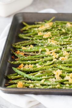 Roasted Parmesan Green Beans Roasted Parmesan Green Beans- delicious fresh green beans are roasted with a crunchy mixture of parmesan cheese and panko bread crumbs. They make the perfect side dish for any meal. Side Dish Recipes, Vegetable Recipes, Vegetarian Recipes, Cooking Recipes, Healthy Recipes, Healthy Eats, Dinner Recipes, Bread Recipes, Holiday Recipes