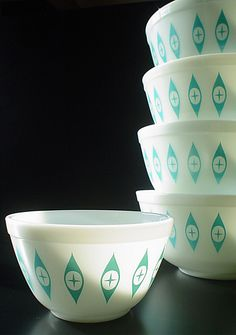 pyrex I love the design on this set. never seen it before.