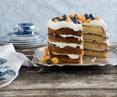 Warmmelksponskoek met somerbessies. Cakes And More, Tiramisu, Cake Recipes, Ethnic Recipes, Afrikaans, Food, Easy Cake Recipes, Essen, Meals