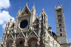 Fachada principal del Duomo de Siena en la Toscana de Italia