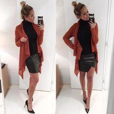 Instagram media by dani__cardoso - Look mais perfeito eveeeer todiiiinho da @boutiquelefemme  Gola alta de malha sem manga + saia em couro eco assimétrica + cardigan de tricô maraaa = combinação perfeitaaaa!!!❤️❤️❤️ #danicardoso®