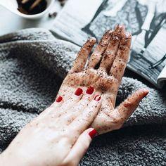 Yvonne von NO ENVY hat mit J. Hornig Kaffee einen Coffee-Hand-Scrub kreiert. Fotocredits: No Envy-Hand-Scrub