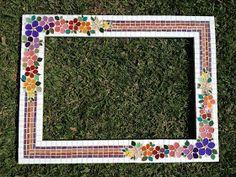 Oi Pessoal !   Olha o que eu fiz para minha princesinha, um lindo espelho de mosaico com flores coloridas e borda listrada combinand...