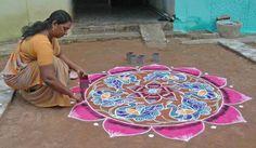 Rangoli ou kolam,é uma arte popular da Índia. Rangoli são desenhos feitos nas portas das casas ou no piso do pátio durante os festivais hindus.Os padrões são normalmente criados com arroz colorido, farinha seca, areia (colorida) ou mesmo as pétalas da flor. A finalidade do rangoli é decoração, e é pensado para trazer boa sorte.Os desenhos variam e refletem tradições, folclore e práticas que são exclusivas para cada área.