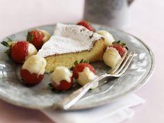 Weißer Schokoladenkuchen mit Schokoladen-Erdbeeren | http://eatsmarter.de/rezepte/weisser-schokoladenkuchen-mit-schokoladen-erdbeeren