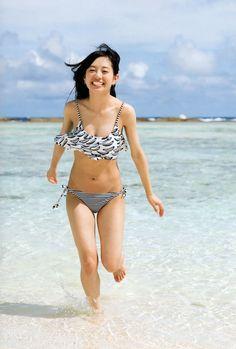 海の中で走っている伊藤萌々香