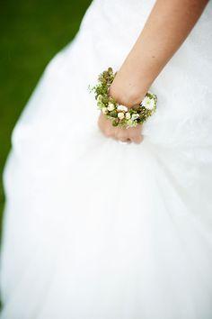 Stylish Wedding Corsage Ideas You Can't Miss! Corsage Wedding, Wedding Bouquets, Wedding Flowers, Wedding Wristlets, Wedding Rehearsal, Wedding Ceremony, Wrist Corsage, Bridal Salon, Simple Flowers