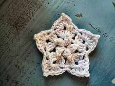 Free ravelry pattern: Crochet Puff-Centred Star pattern. makes a great tree ornament if you add a chunky wood button and a cute ribbon