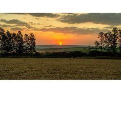 �� DESPOIS DA COLHEITA DA CANA�� . ----------------------------- .  Esse clique foi no dia q fiz as fotos da Marcella e a da Lunna, voltando para casa  vimos o pessoal acabando a colheita. O céu estava combinando com a cor da palha na roça. .  _____________________________________ #adobelightroom #fotografia #nikon #canon #fotografo #photography #goodvibes #trip #viagens #natureza #deusnocomando #trilhas #nature #zen #follow4follow #like4like #lgbt #sdv #followback #roça #lesbicas #goodvibes…
