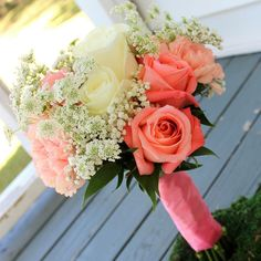 Shades of #coral and ivory for the #bridesmaids! #thefloralcottageflorist #bridesmaidsbouquet #bridesmaidsbouquets #bridesmaidsflowers #weddingflowers #weddingflorist #batonrougewedding #batonrougeweddings #nolawedding #neworleanswedding #ascensionweddings
