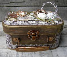 piabau: Dekoreret kuffert og en tag